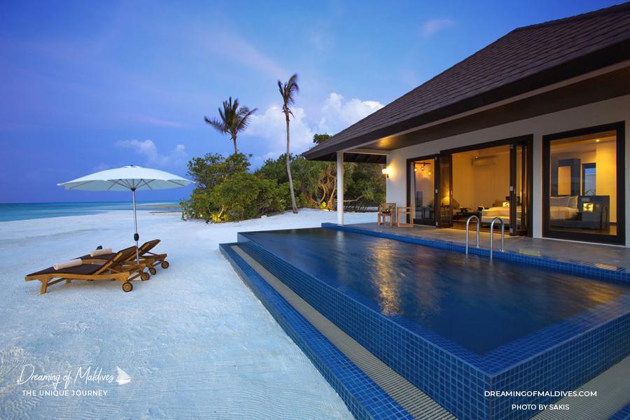 Les plus belles villas sur plage aux Maldives . La Villa sur Plage Coucher de Soleil à Atmosphère Kanifushi Sunset Pool Villa