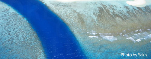 Photo aérienne des Maldives - Canal naturel entre 2 iles