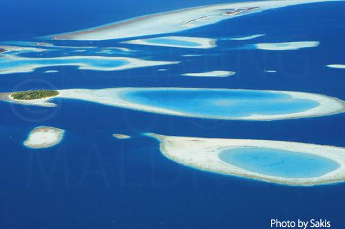 Photo aérienne des Maldives - Ile a l'environnement ideal avec lagons et multiples recifs
