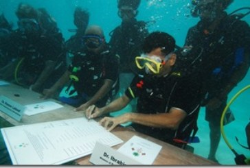 Maldives cabinet makes a splash
