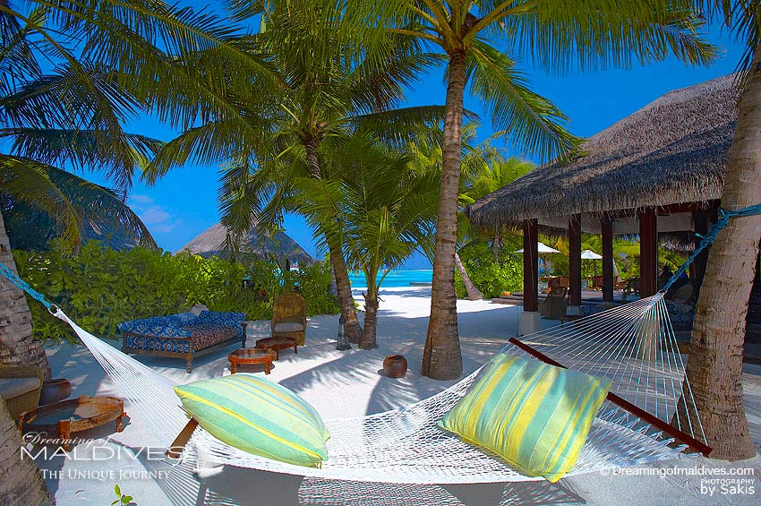 Naladhu Maldives - The Living Room Garden Relaxing area